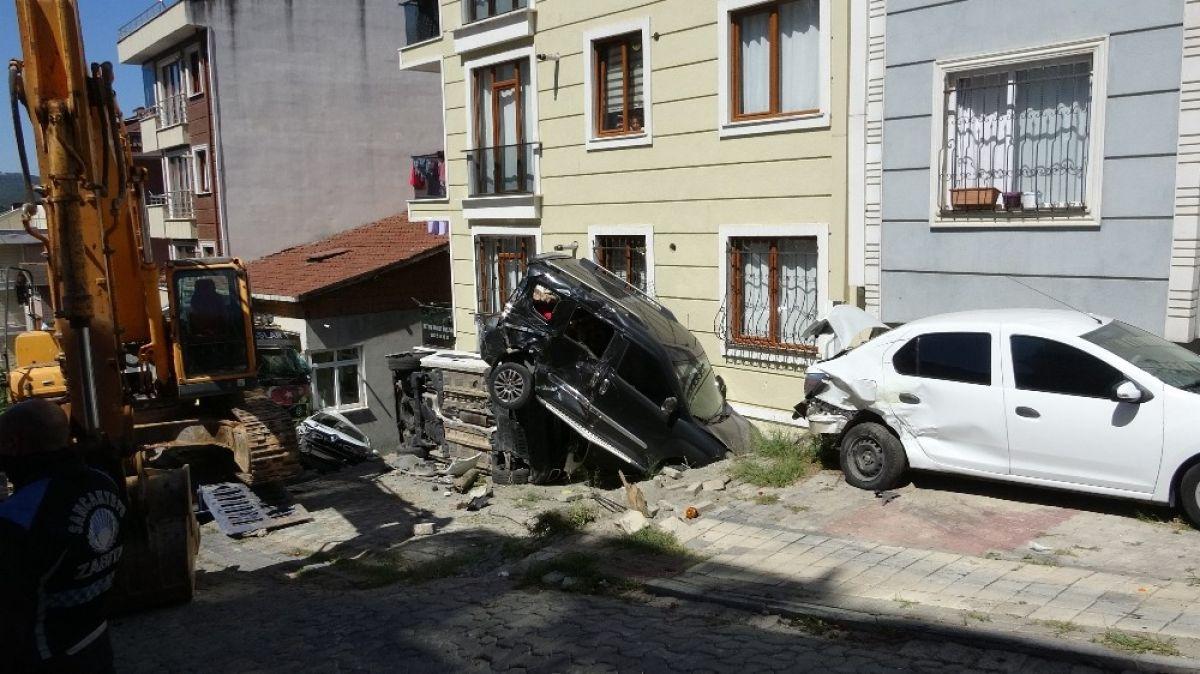 Sancaktepe'de yokuş aşağı kayan tır, 4 aracı biçti #6