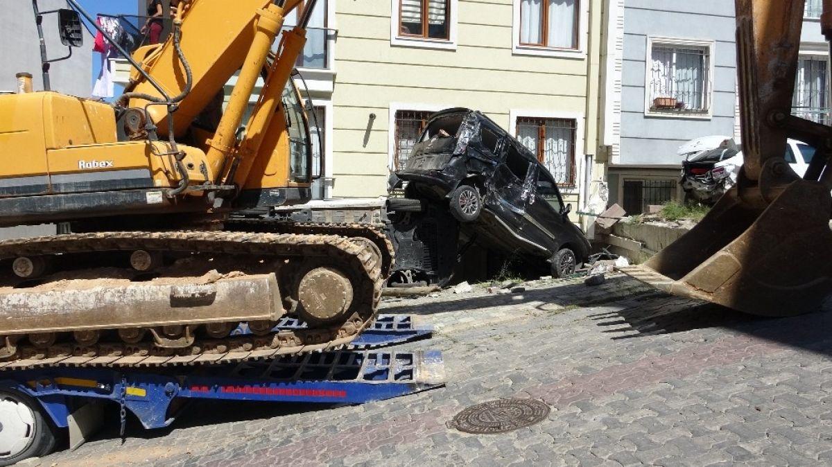 Sancaktepe'de yokuş aşağı kayan tır, 4 aracı biçti #3