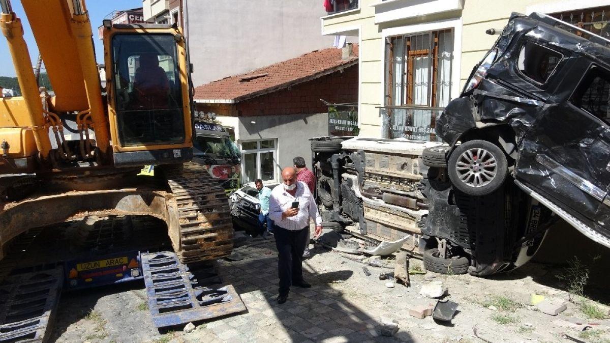 Sancaktepe'de yokuş aşağı kayan tır, 4 aracı biçti #4