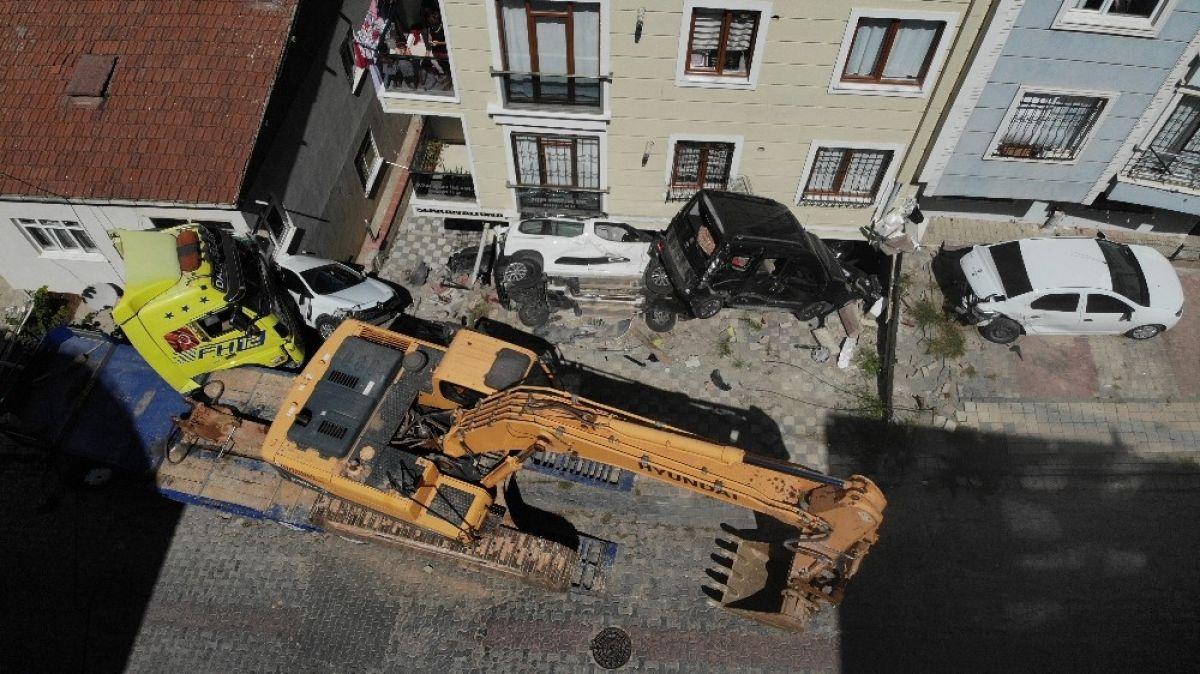 Sancaktepe'de yokuş aşağı kayan tır, 4 aracı biçti #2