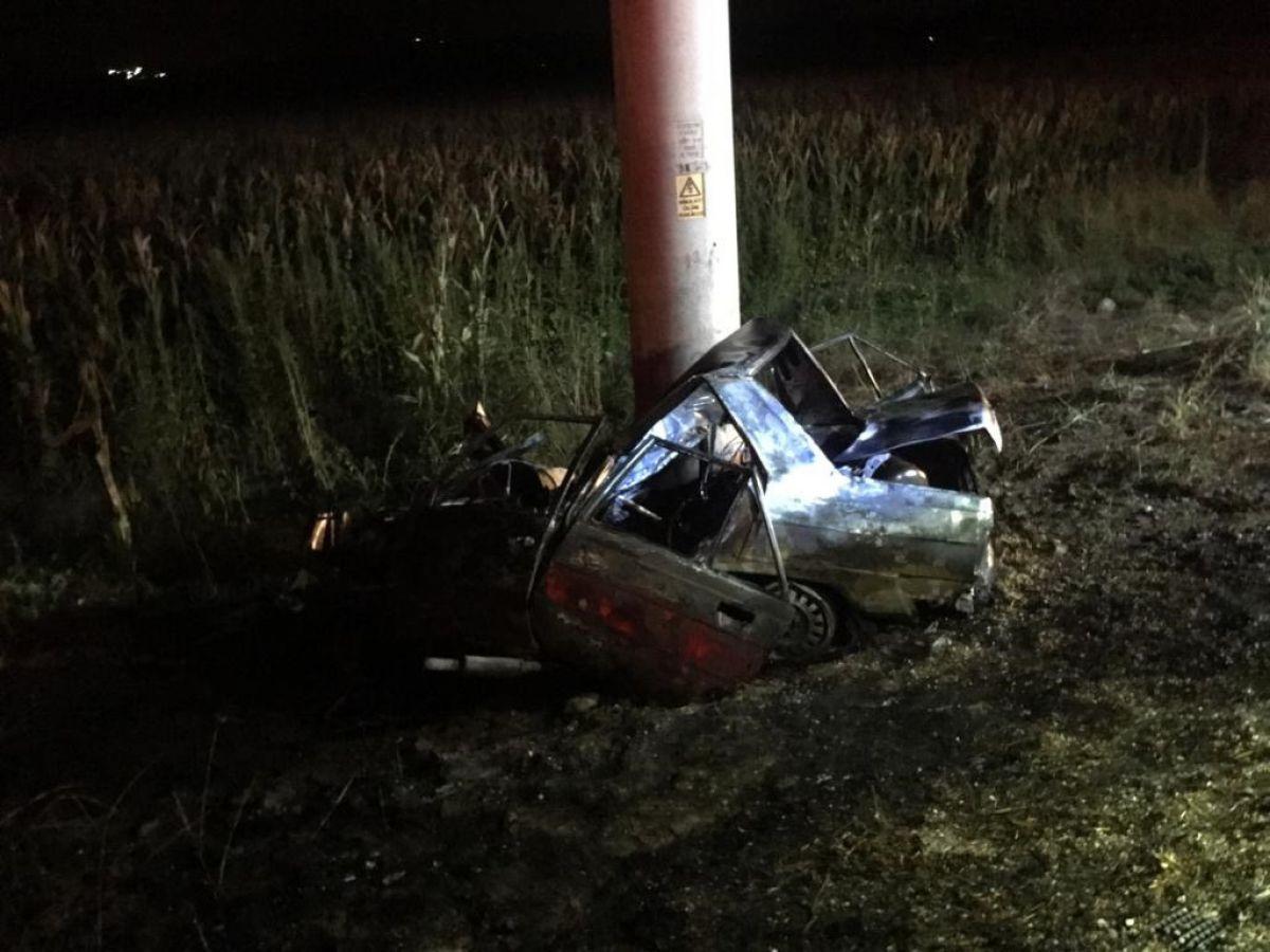 Adana'da direğe çarpan aracın sürücüsü yanarak öldü