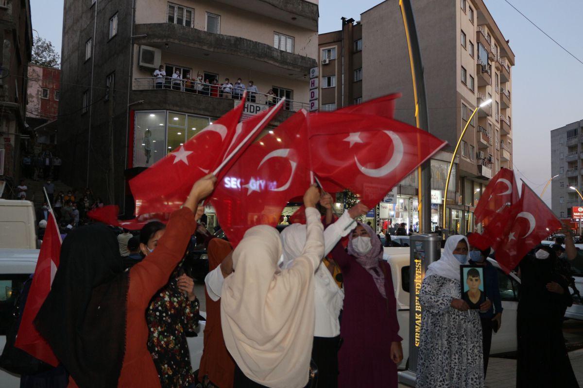 Şırnak ta çocukları PKK tarafından kaçırılan aileler, HDP binası önünde eylem yaptı #3