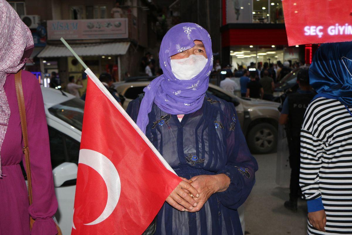 Şırnak ta çocukları PKK tarafından kaçırılan aileler, HDP binası önünde eylem yaptı #9
