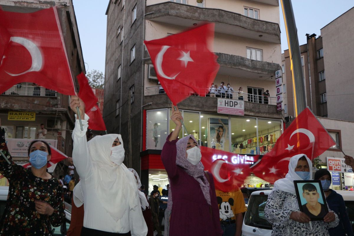 Şırnak ta çocukları PKK tarafından kaçırılan aileler, HDP binası önünde eylem yaptı #2