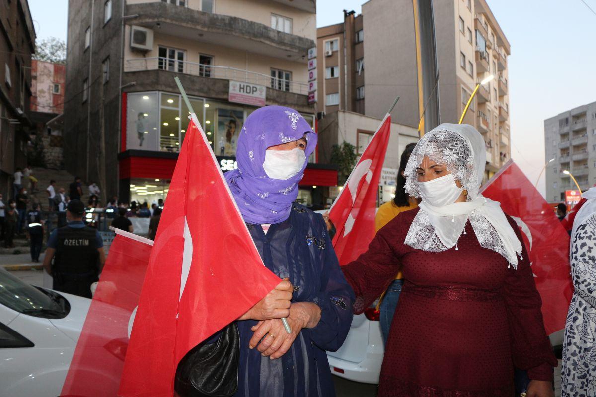 Şırnak ta çocukları PKK tarafından kaçırılan aileler, HDP binası önünde eylem yaptı #8