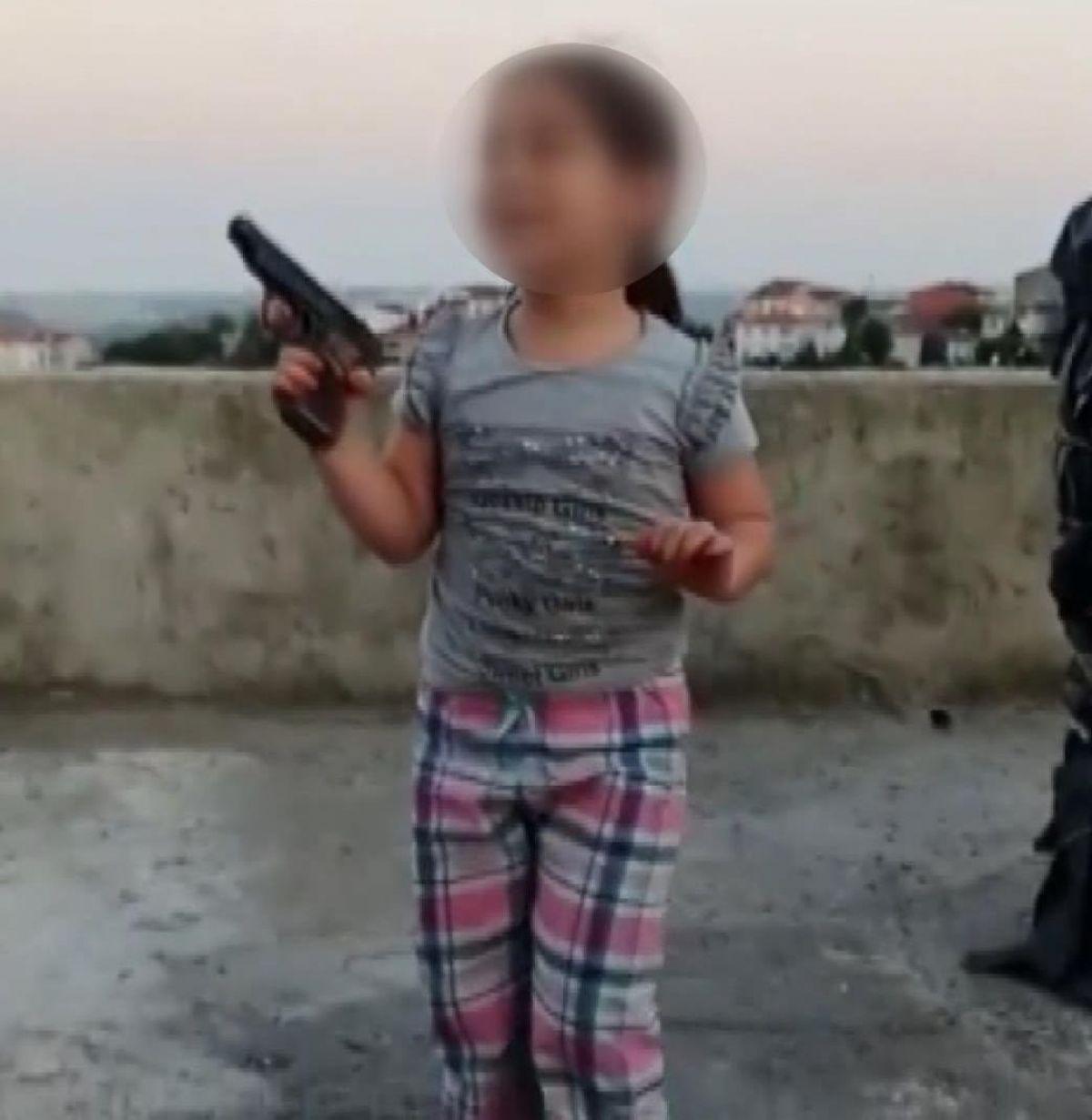 Sultangazi'de çocuğun eline tabanca verip ateş ettirdi