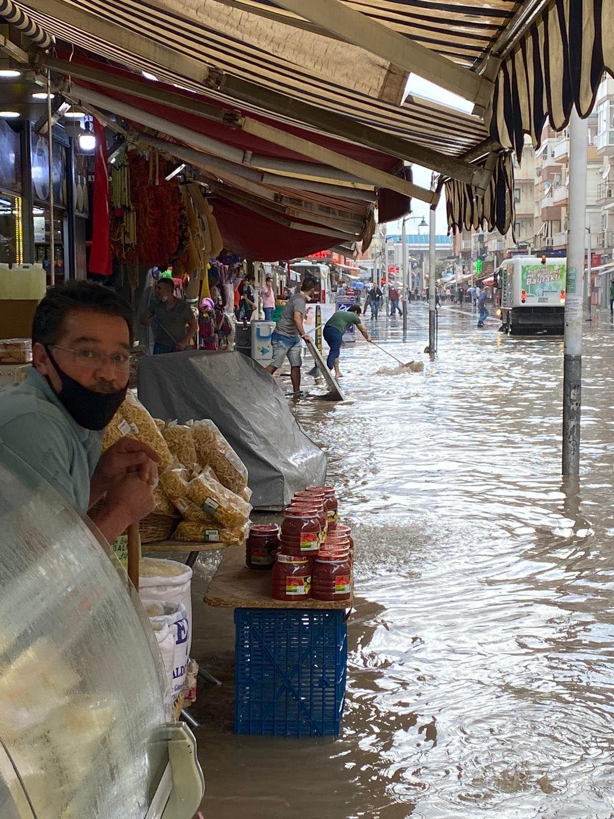 İzmir de sağanak nedeniyle cadde ve sokaklar göle döndü #2
