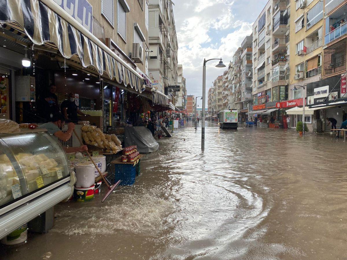 İzmir de sağanak nedeniyle cadde ve sokaklar göle döndü #1