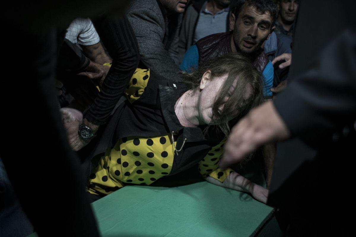 Azerbaycan da sivil cenazeler, Ermeni saldırısı ihtimaline karşı akşam defnedildi #1