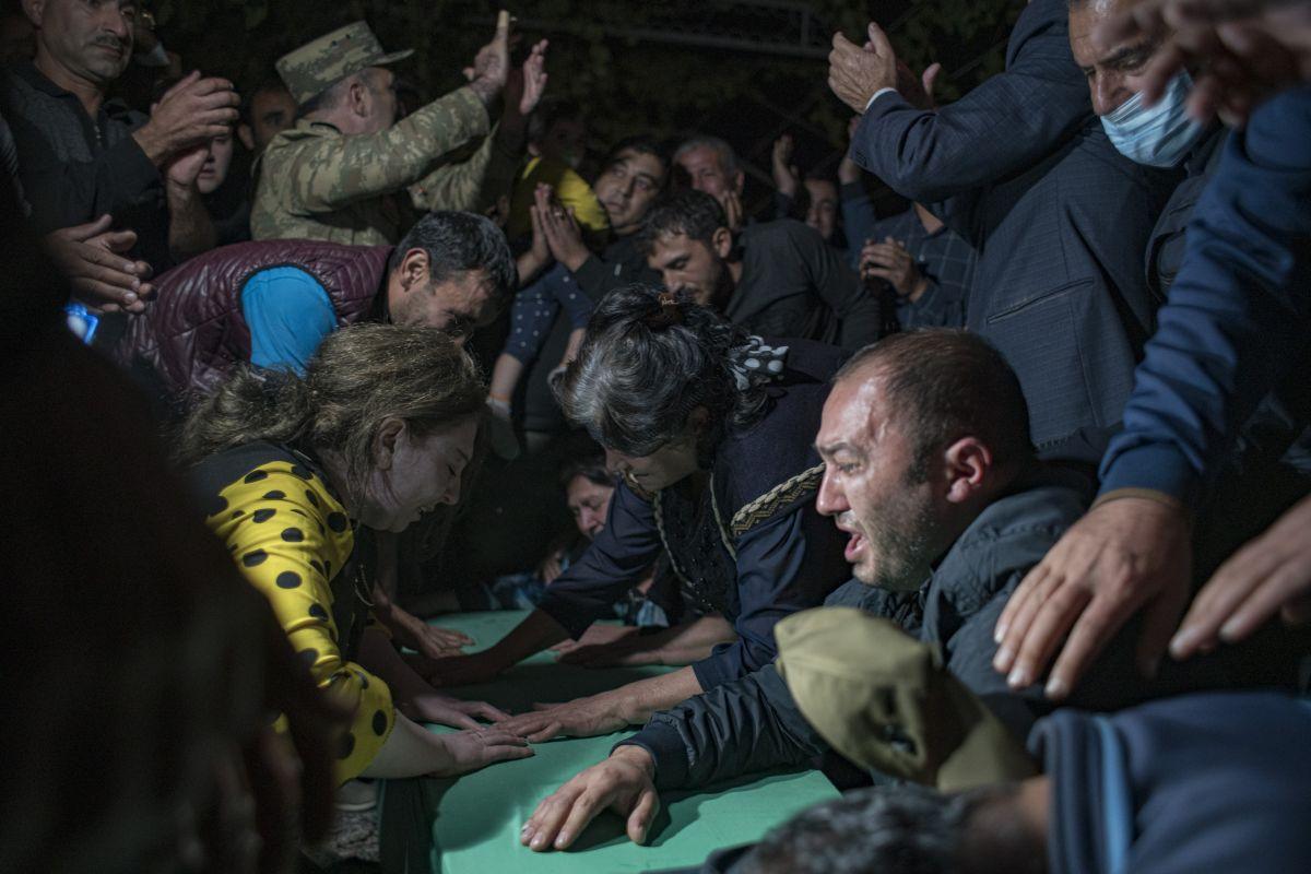 Azerbaycan da sivil cenazeler, Ermeni saldırısı ihtimaline karşı akşam defnedildi #3