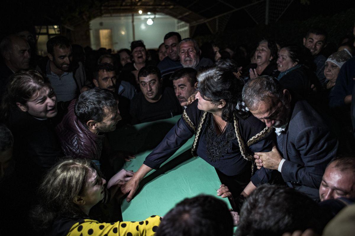 Azerbaycan da sivil cenazeler, Ermeni saldırısı ihtimaline karşı akşam defnedildi #5