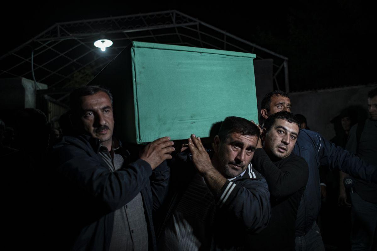 Azerbaycan da sivil cenazeler, Ermeni saldırısı ihtimaline karşı akşam defnedildi #6