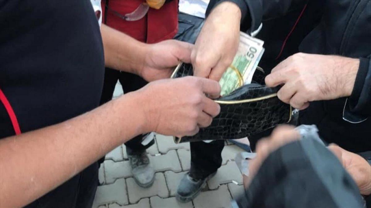 İzmir de itfaiye eri, enkazda bulduğu altını teslim etti #2