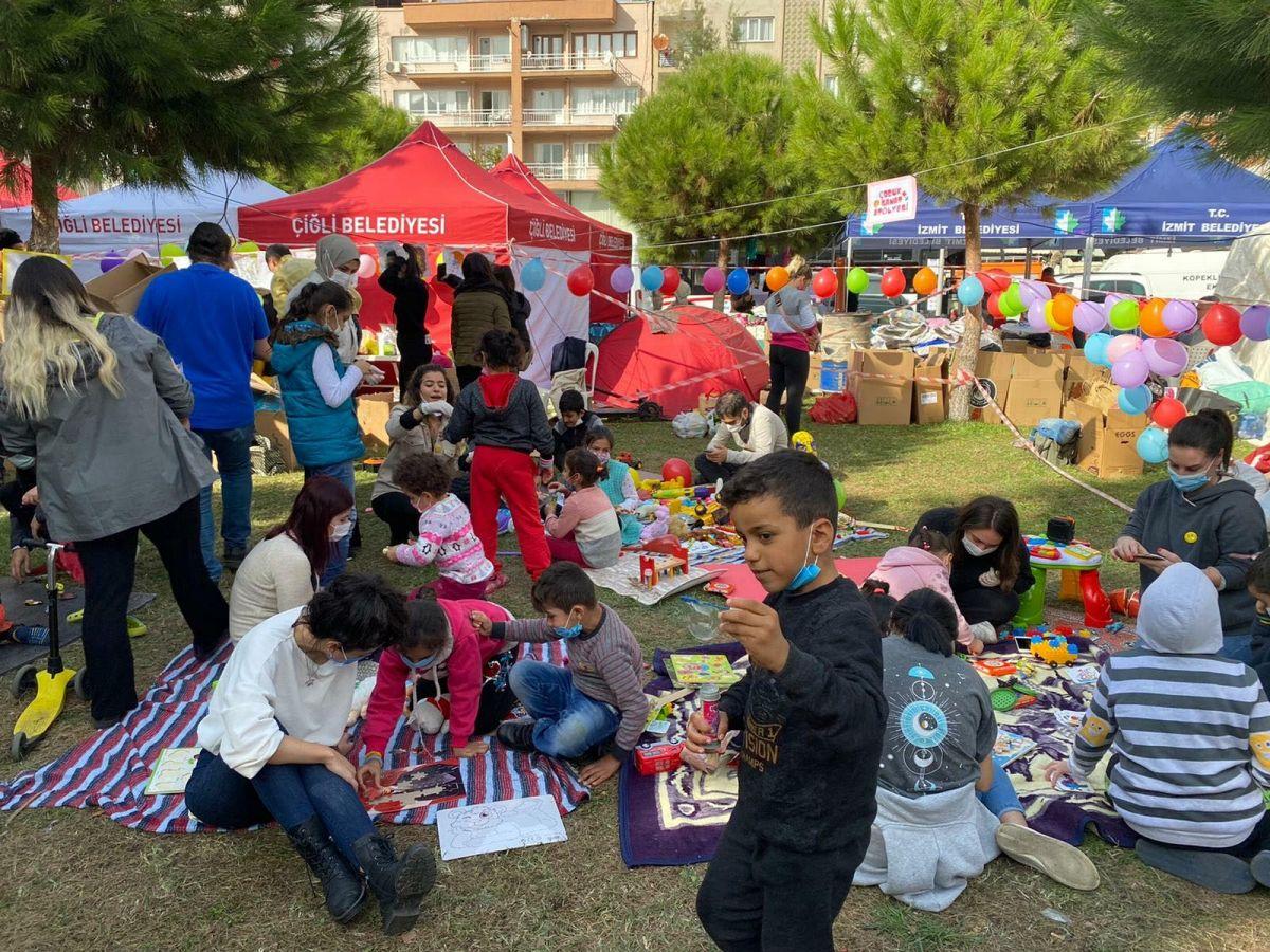 Depremzede çocuklar için çadırlar arasına oyun alanı kuruldu