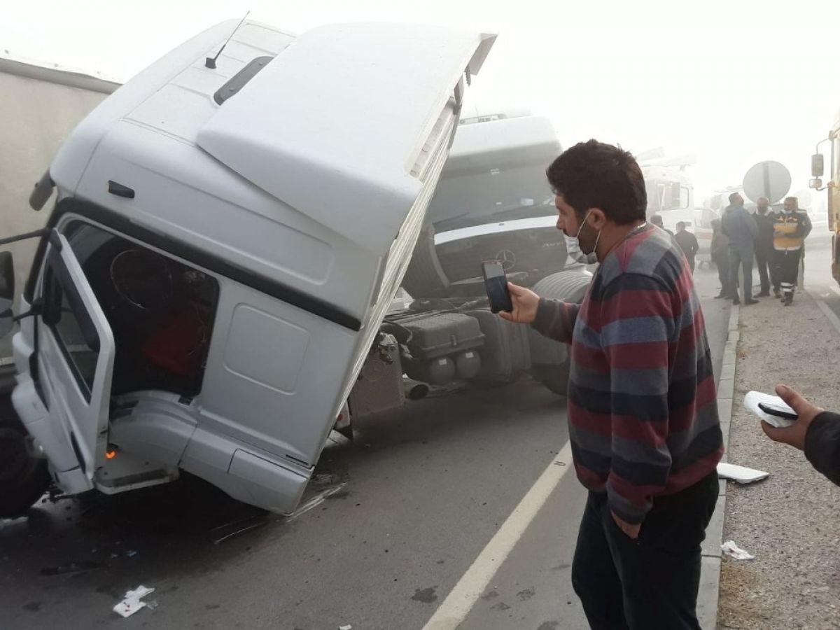 Konya'da sis nedeniyle 10'dan fazla araç birbirine girdi