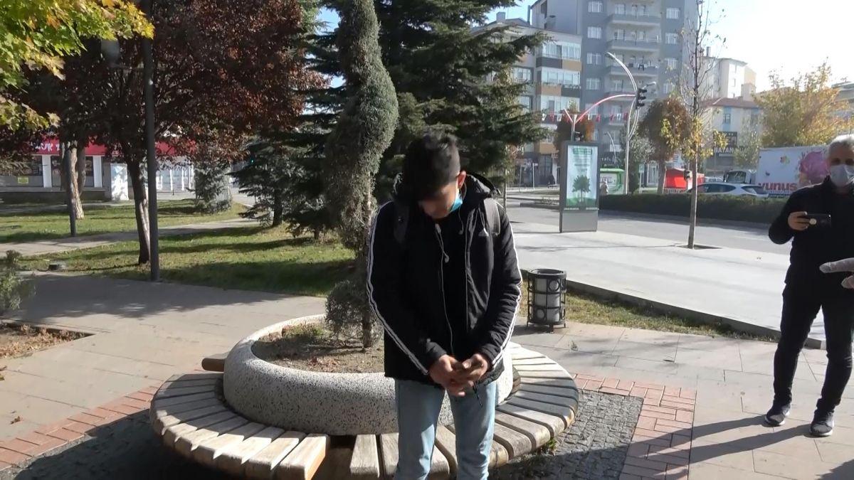 Başkan yardımcısından caddede sigara içen gence: Delikanlı, 900 liran var mı?