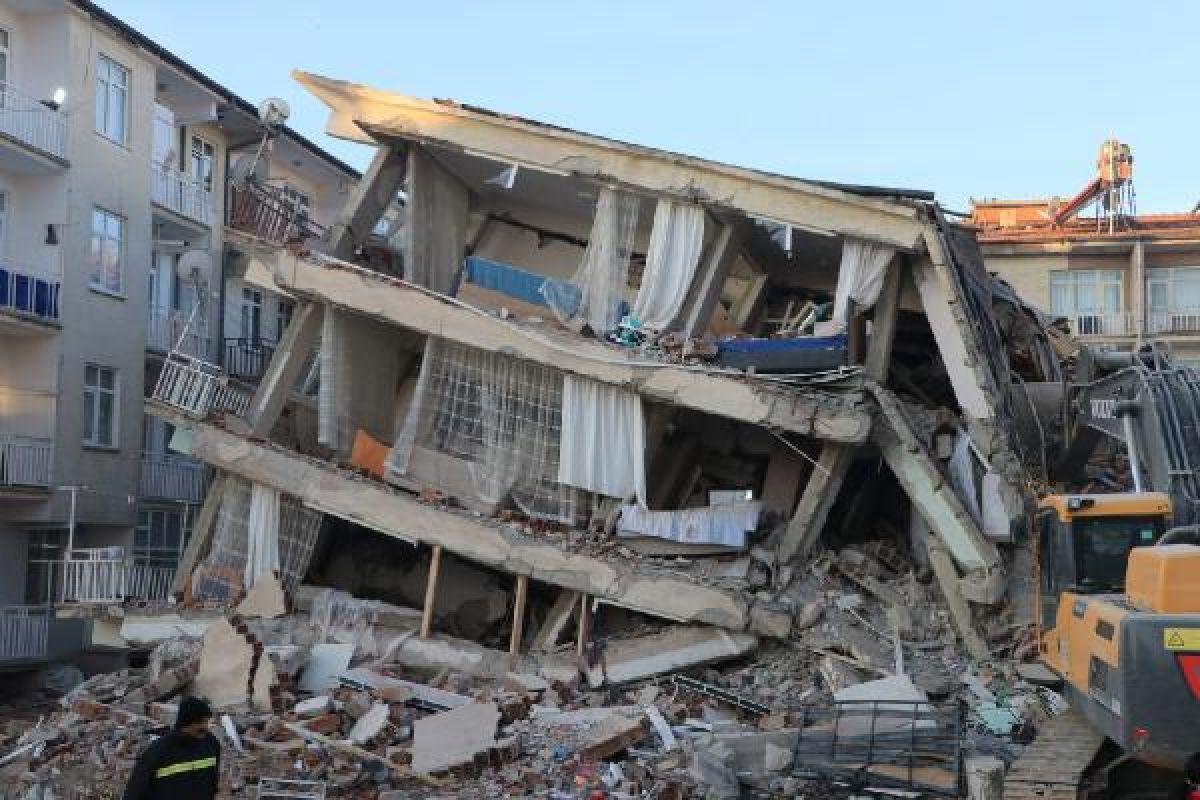 Elazığ daki Dilek Apartmanı nın yıkılmasından birbirlerini suçladılar #1