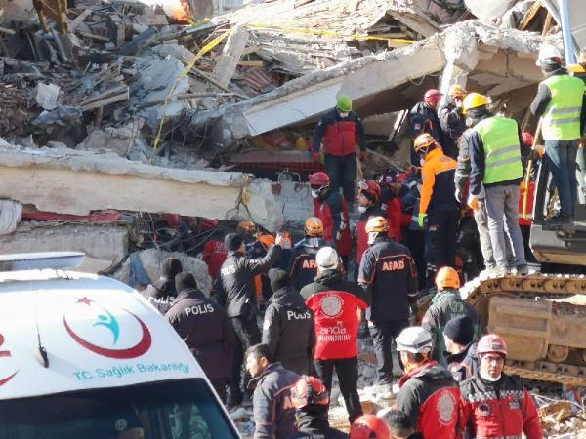 Elazığ daki Dilek Apartmanı nın yıkılmasından birbirlerini suçladılar #4