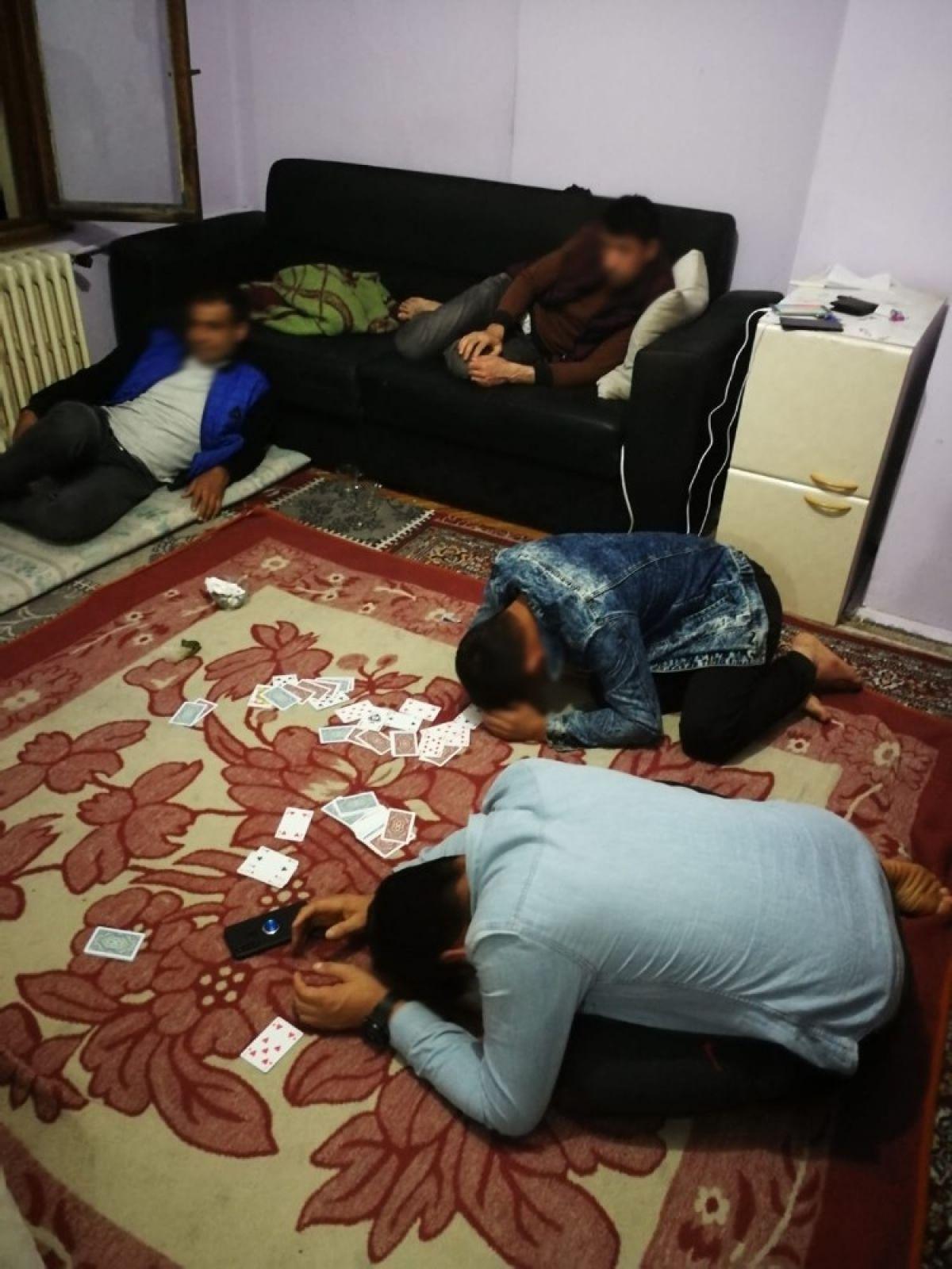 Düzce'de kumarhaneye çevrilen evde 16 yabancı yakalandı #2