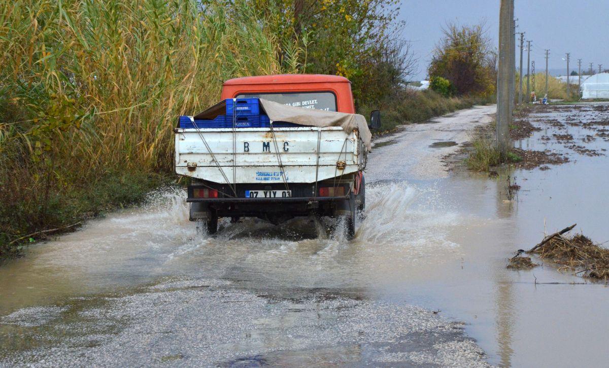 Antalya da sağanak yağış, su baskınına neden oldu #4