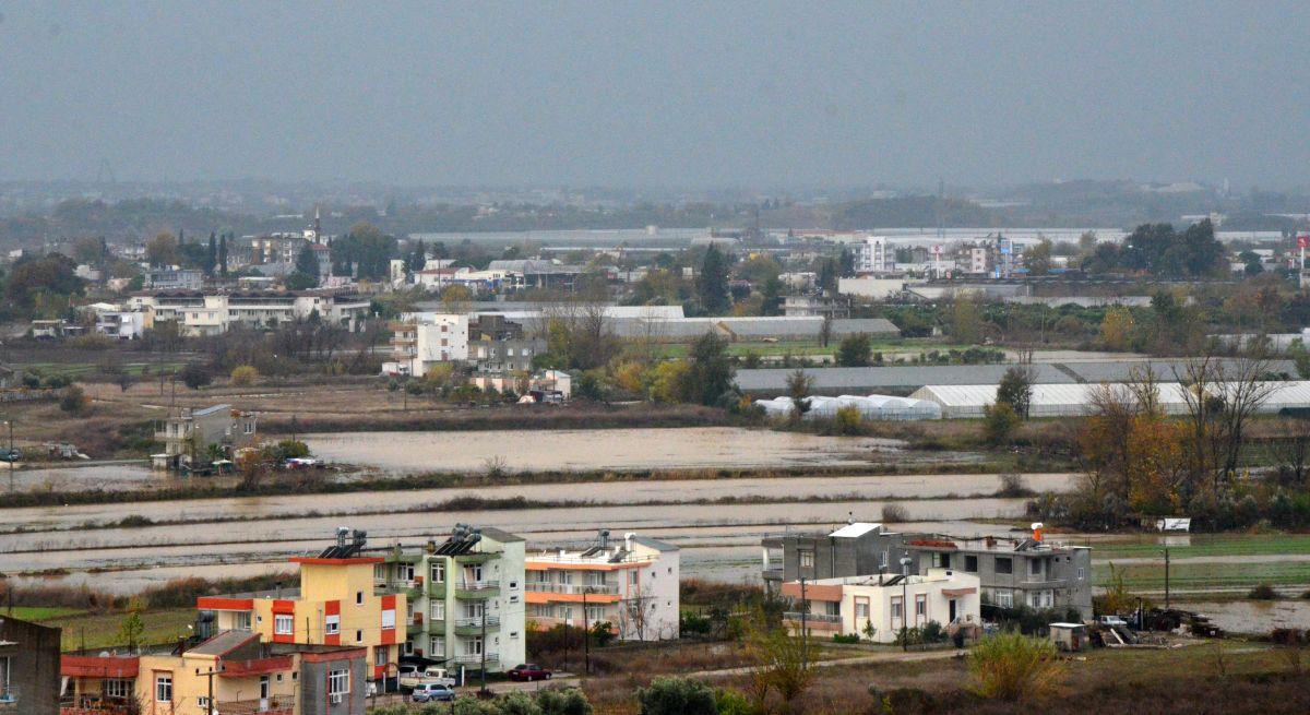 Antalya da sağanak yağış, su baskınına neden oldu #1