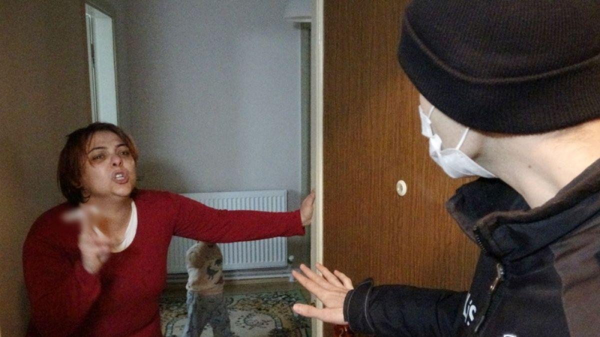 Bursa da kıskandığı kocasını oklavayla darbedip sokağa attı #2
