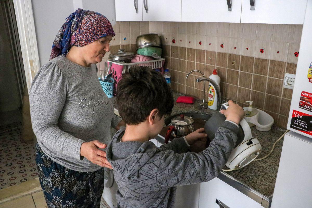 Antalya da 10 yaşındaki Atacan, annesine el ve ayak oldu #4