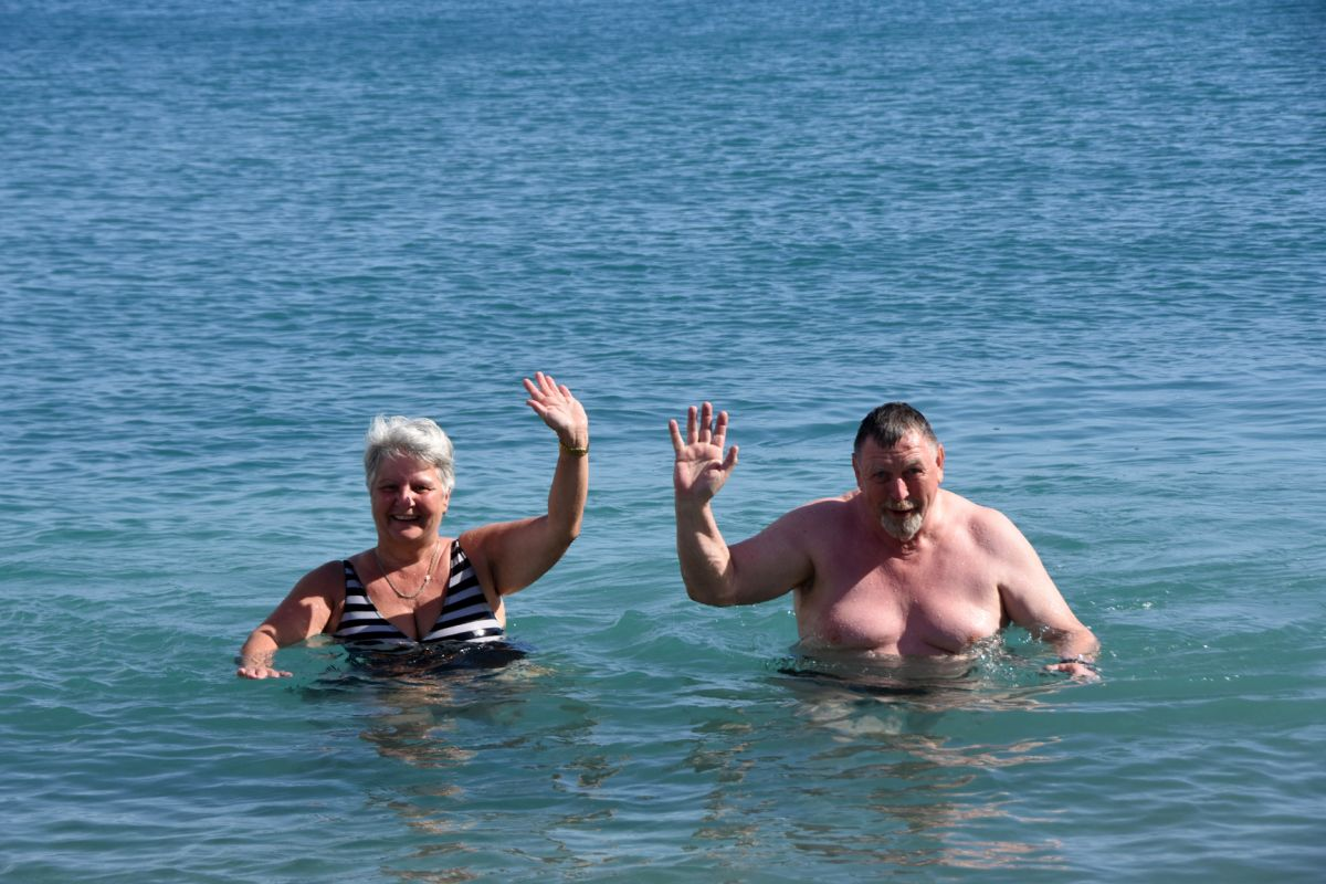 Demre'ye karavanla gelen Alman çift, deniz keyfi sürdü