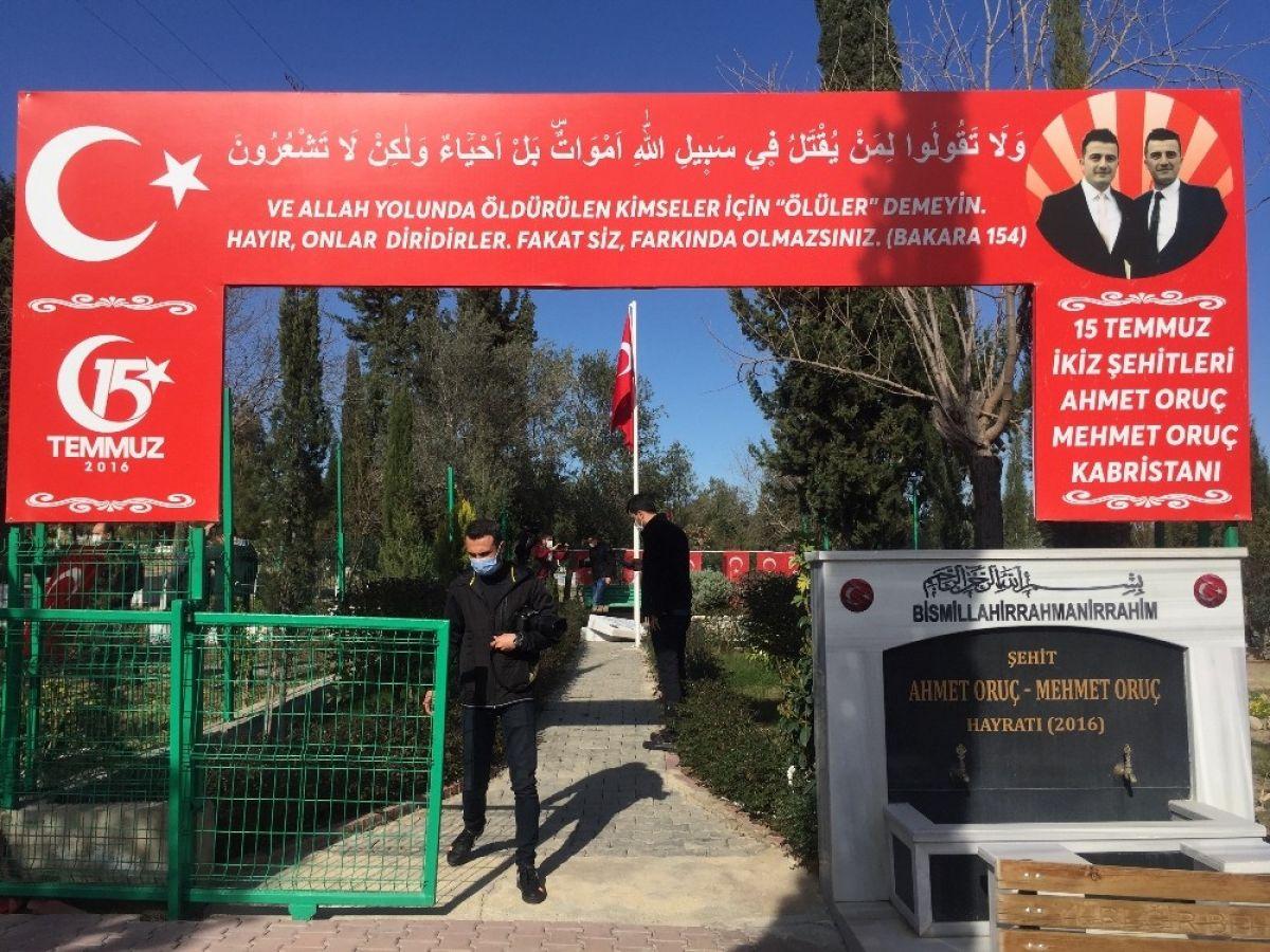Adana da 15 Temmuz şehidi ikiz polislerin mezarlarına alçak saldırı #5