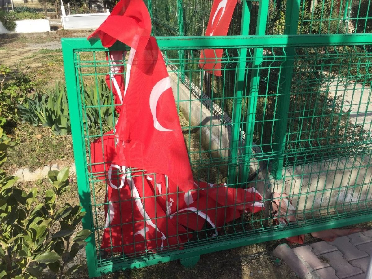 Adana da 15 Temmuz şehidi ikiz polislerin mezarlarına alçak saldırı #6