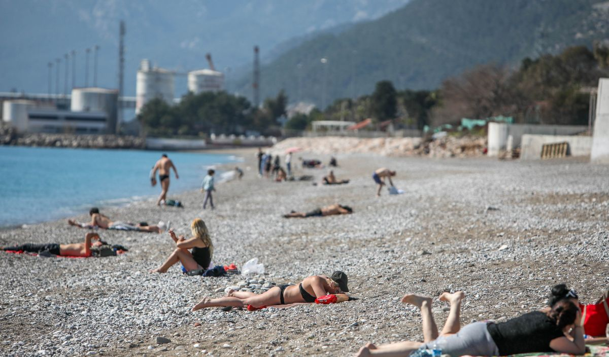 Antalyada turistler sahile indi