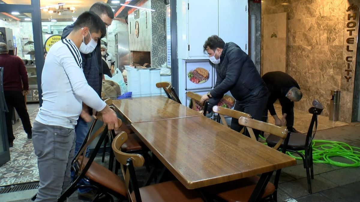 İstanbul da restoranlar geceden hazırlık yaptı #1