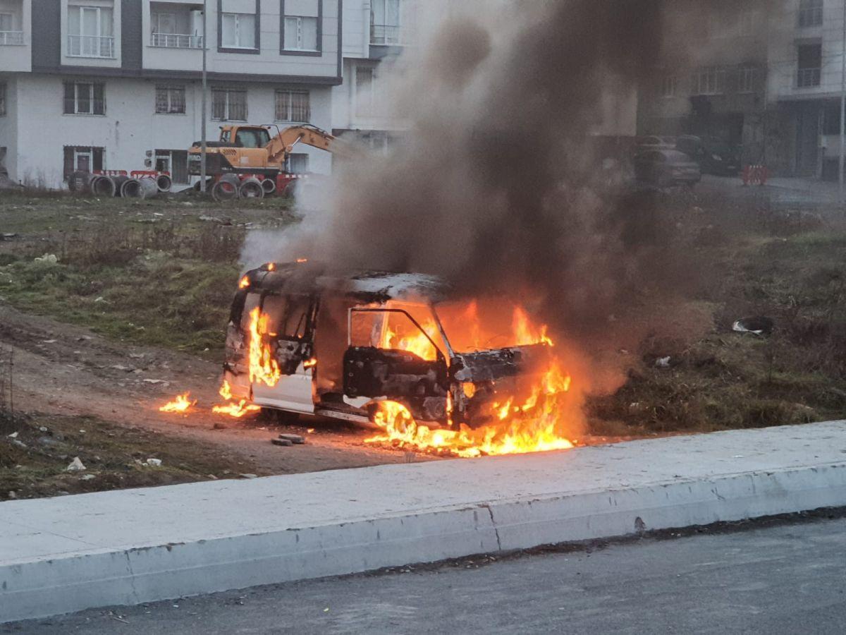 Esenyurt ta çocukları gösterilmeyen baba aracını yaktı #1