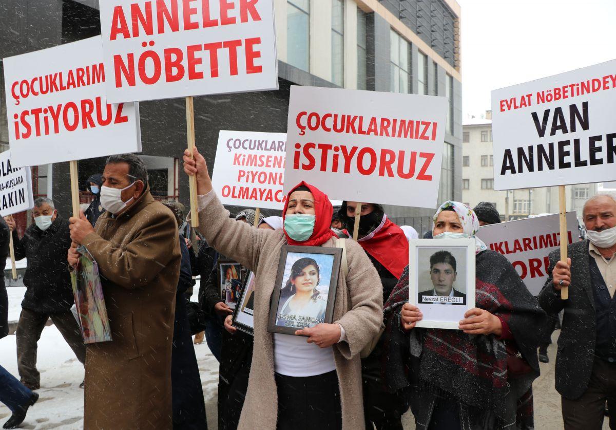 Van da kar yağışına rağmen evlat eylemini HDP liler engellemeye çalıştı #10