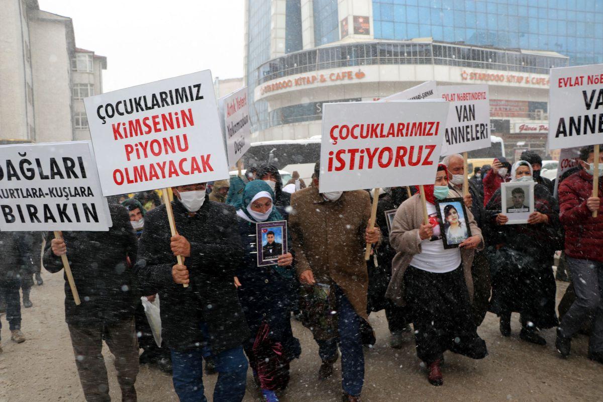 Van da kar yağışına rağmen evlat eylemini HDP liler engellemeye çalıştı #7