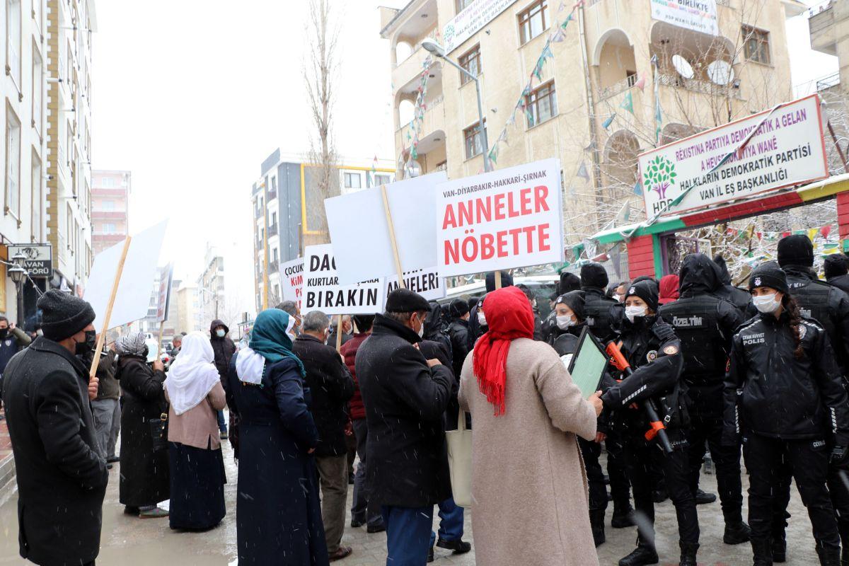 Van da kar yağışına rağmen evlat eylemini HDP liler engellemeye çalıştı #6