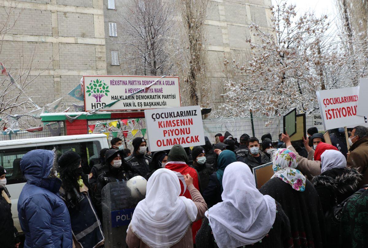Van da kar yağışına rağmen evlat eylemini HDP liler engellemeye çalıştı #3
