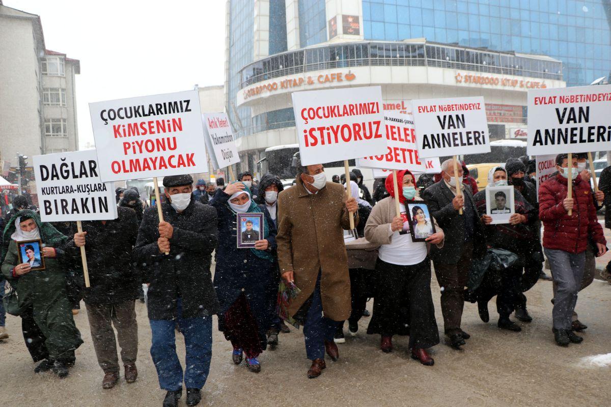 Van da kar yağışına rağmen evlat eylemini HDP liler engellemeye çalıştı #1
