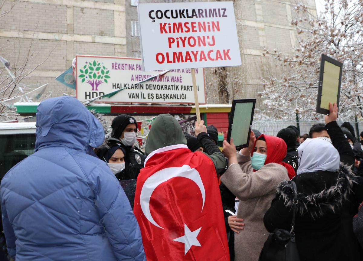 Van da kar yağışına rağmen evlat eylemini HDP liler engellemeye çalıştı #4