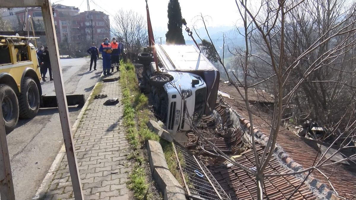 Sultangazi de kamyonet gecekondunun çatısına devrildi #4