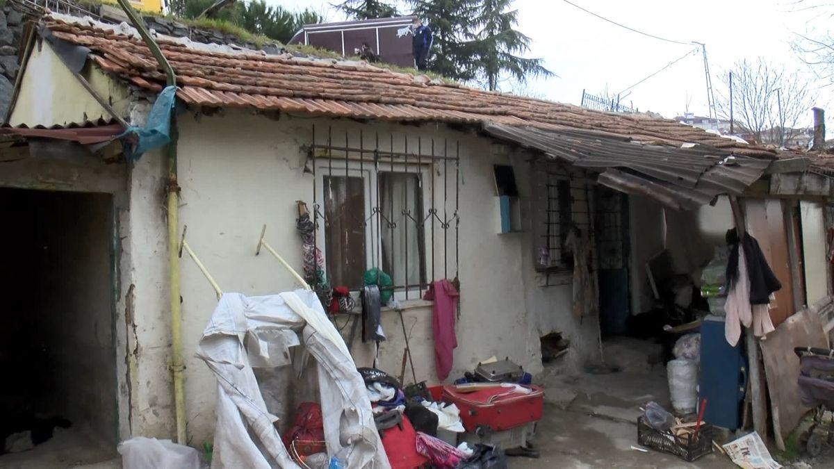Sultangazi de kamyonet gecekondunun çatısına devrildi #6
