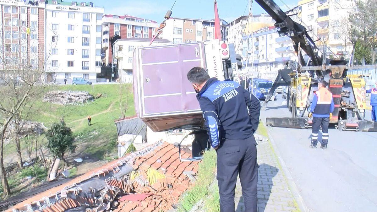 Sultangazi de kamyonet gecekondunun çatısına devrildi #5
