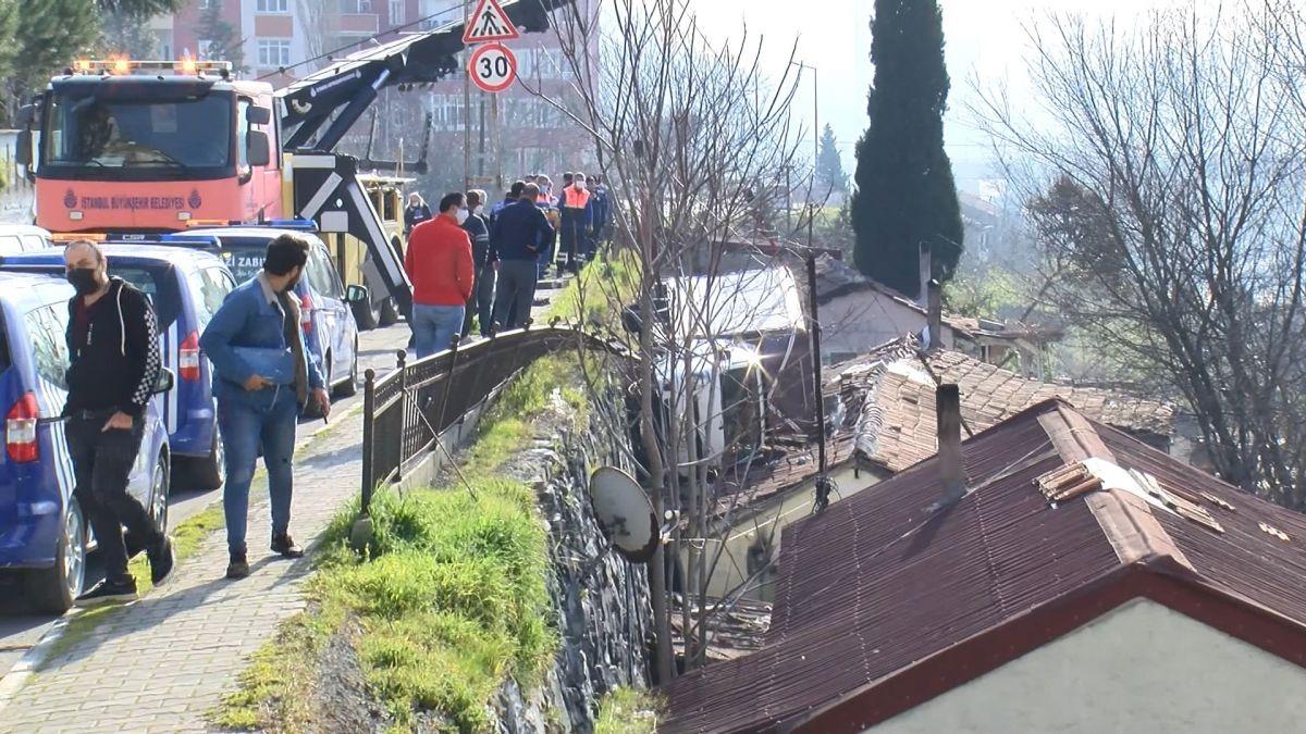 Sultangazi de kamyonet gecekondunun çatısına devrildi #1
