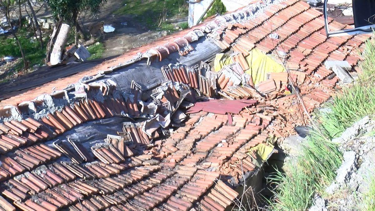 Sultangazi de kamyonet gecekondunun çatısına devrildi #3