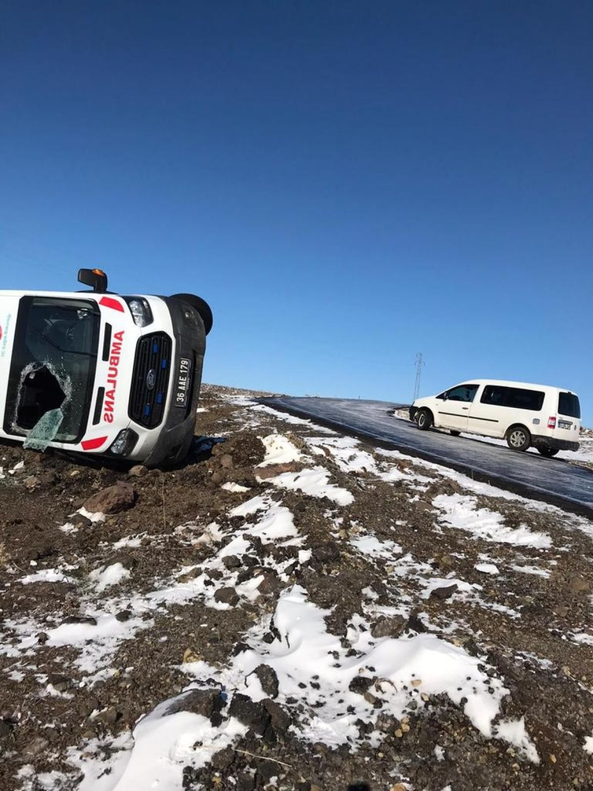 Kars'ta hasta almaya giden ambulans takla attı: 3 yaralı #2