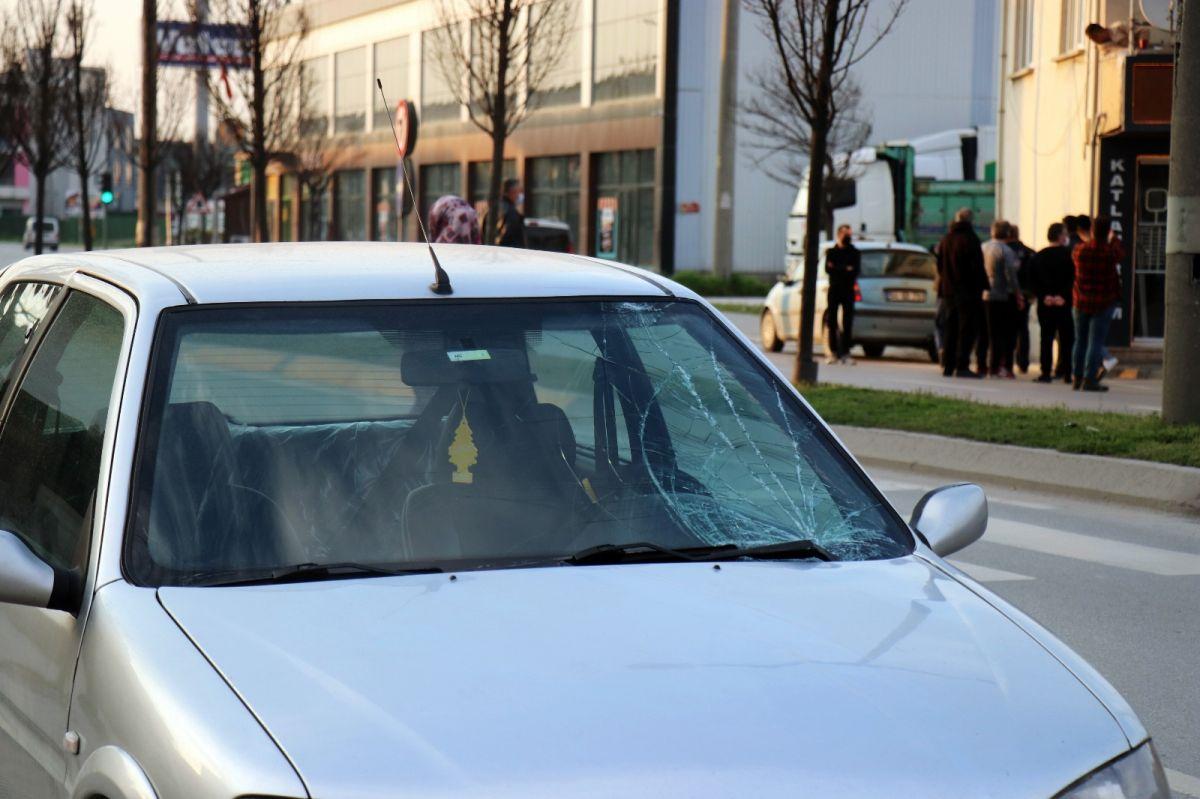 Sakarya'da bir genç kendini arabaların üzerine attı #1