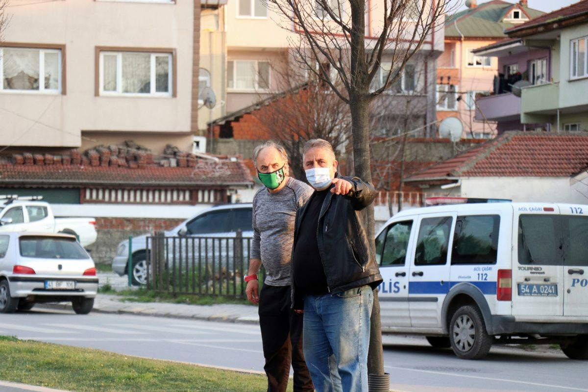 Sakarya'da bir genç kendini arabaların üzerine attı #5