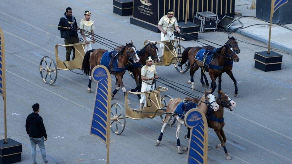 Mısır'da 18 kral ve 4 kraliçenin mumyası kortej eşliğinde müzeye taşındı #3