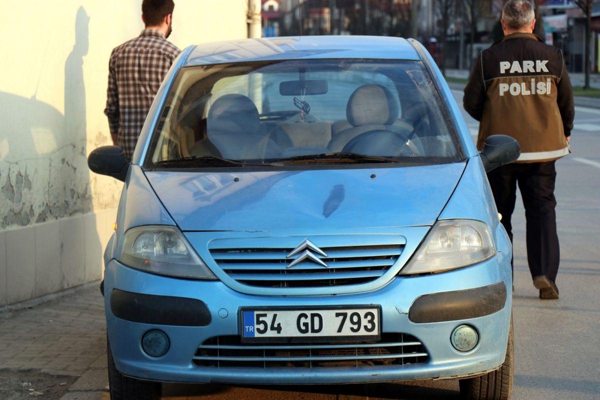 Sakarya'da bir genç kendini arabaların üzerine attı #3