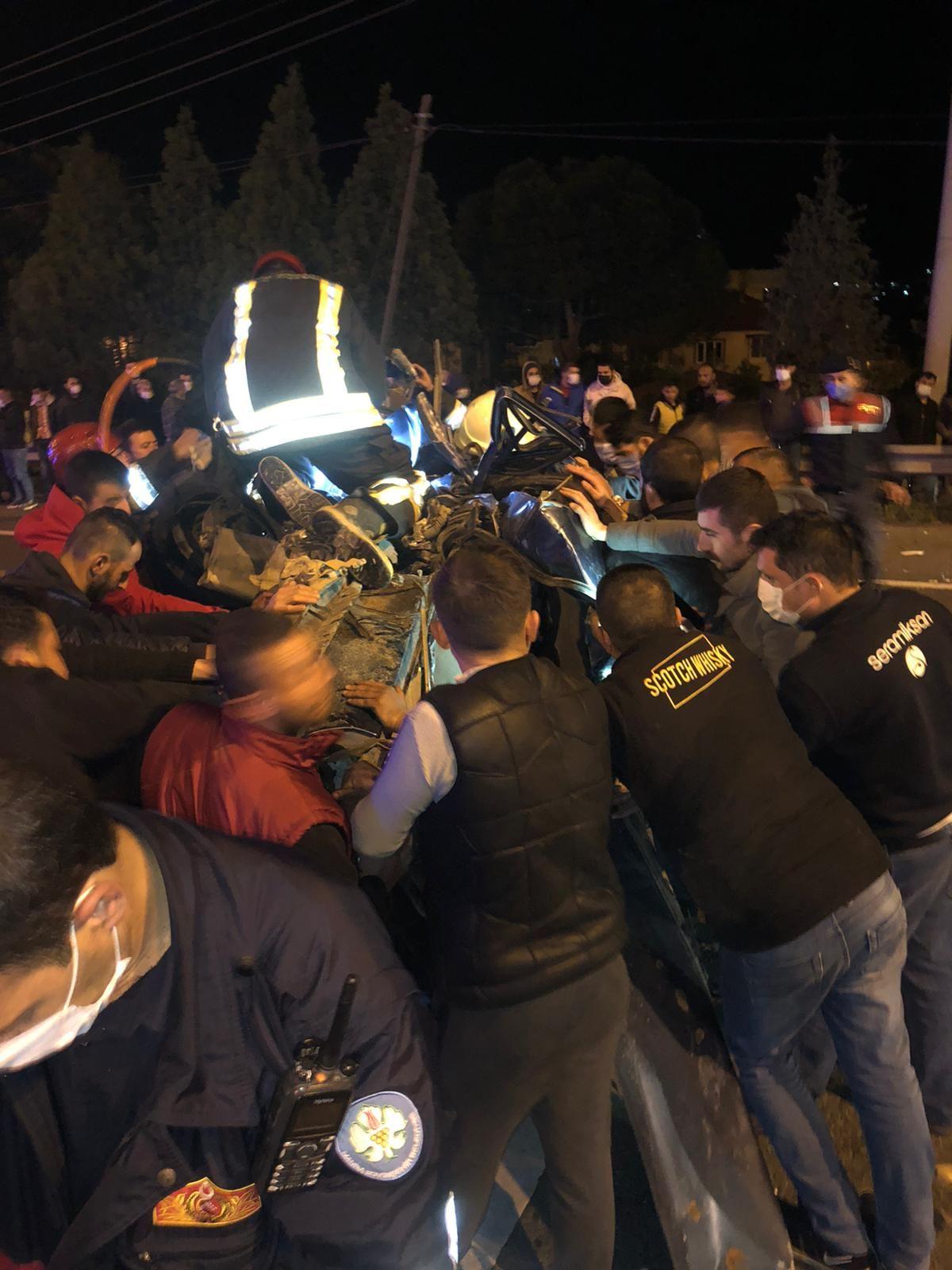 Manisa'da feci kaza: 2 ölü, 4 yaralı #5